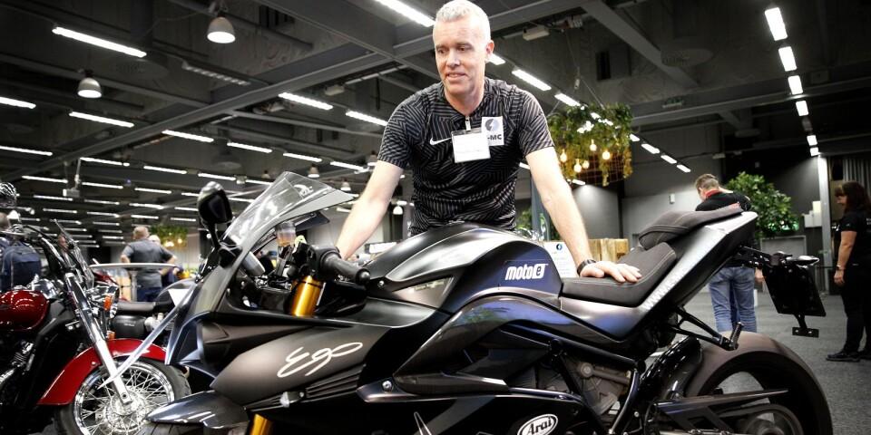 """Gert Thell på E-MC Sweden importerar italienska Energica, en värstinghoj som drivs med el. """"All effekt omedelbart och hela tiden, sen att man kan ladda sitt fordon hemma istället för att åka till macken tanka tror jag är två faktorer som talar för att elmotorcykeln är framtiden"""", säger han."""