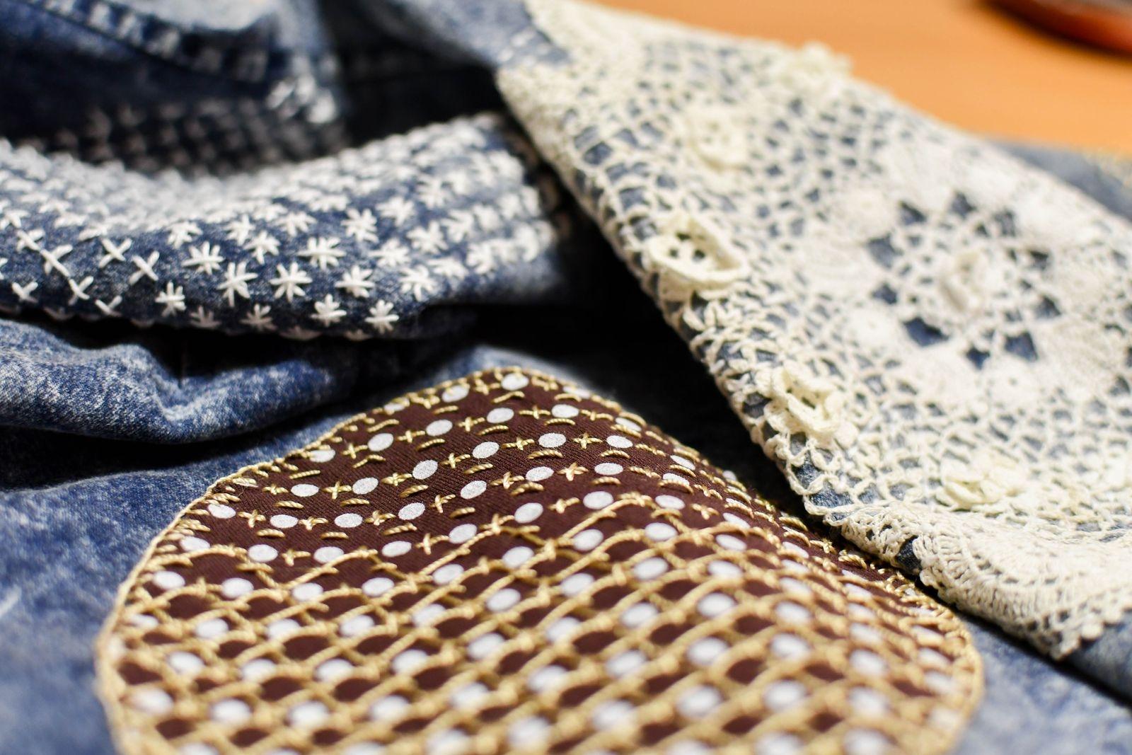 Maria Åkesdotter har broderat sashiko på en jeansklänning för att visa hur vacker en lagning kan bli.