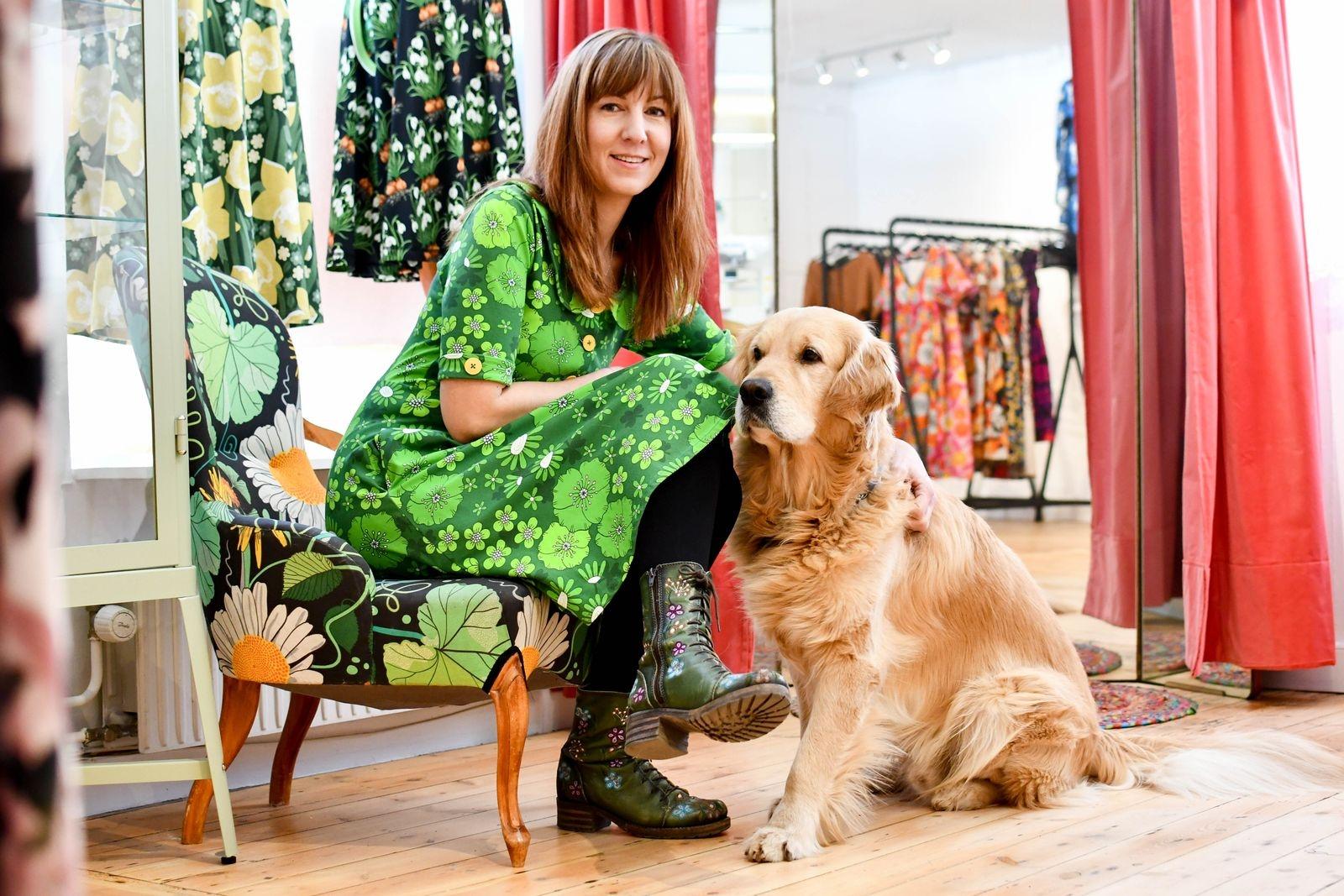 Lagom till påsk var Jenny Sjöö på plats i butiken på Per Helsas gård. Hunden Doglas följde troget med i flytten. Invigningsfesten sparar de till längre fram men redan nu är butiken öppen torsdag-fredag klockan 11-16, samt lördag klockan 11-14.