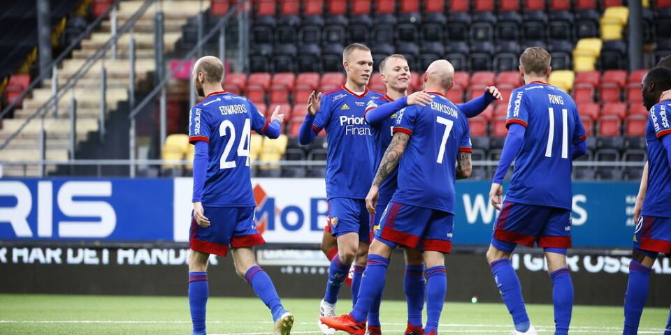 Djurgårdens Magnus Eriksson (7) klappas om efter sitt 1–0-mål mot Östersund.