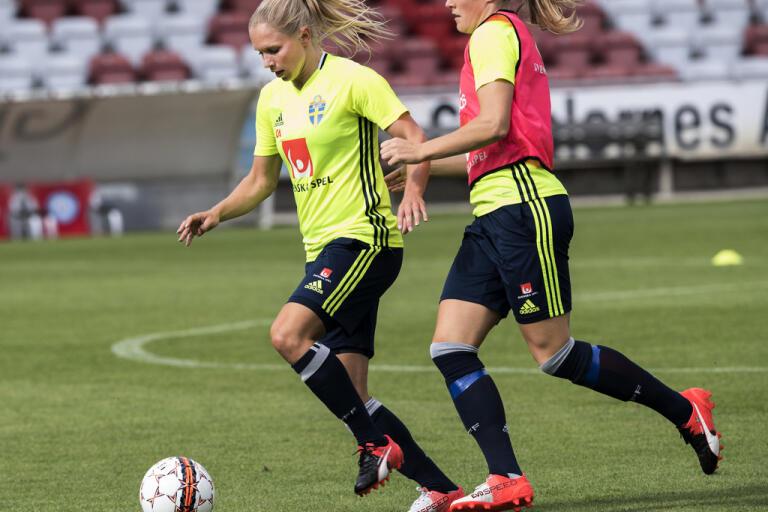 Jonna Andersson och Magdalena Eriksson kan utses till mästare när den engelska ligan avslutas i förtid. Arkivbild.