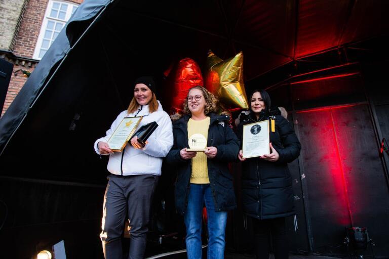 """Vinnarna av """"Årets serviceföretag"""" respektive """"Årets smakställe""""; Malin Andersson på Sports club oasen, och Maggan Bogucka och Alicia Strama från Stulna Bestick."""