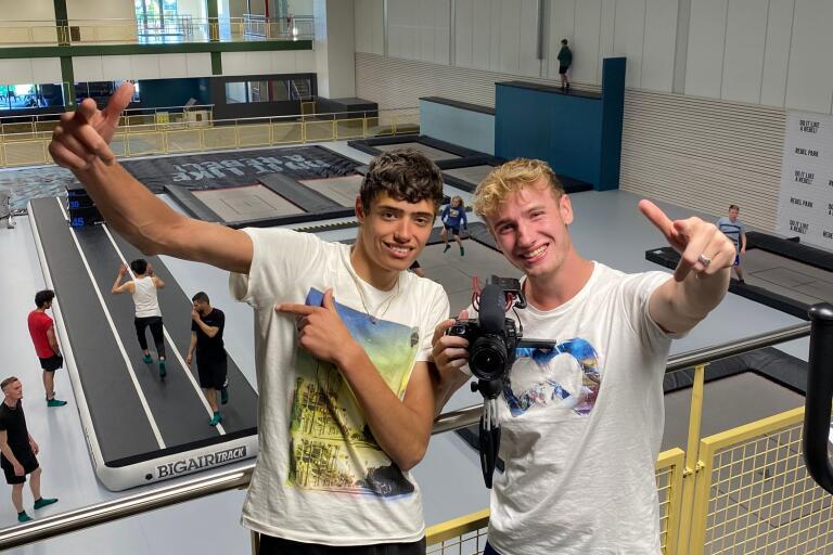 Till höger: Jesse Heffels, populär Youtuber från Nederländerna med över 300 000 prenumeranter. Här  tillsammans med kompisen Lars Caris.