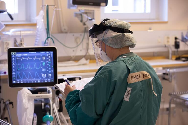 På fredagen fanns 14 inskrivna patienter på intensiven, varav åtta vårdas för covid-19.