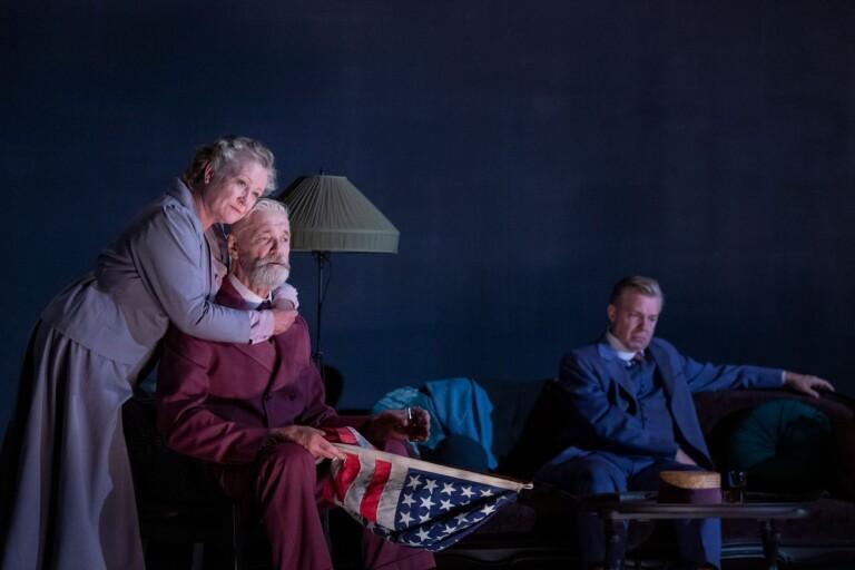 """Anna Bjelkerud, Claes Månsson, Fredrik Evers i det realistiska dramat """"Lång dags färd mot natt"""" på Göteborgs stadsteater."""