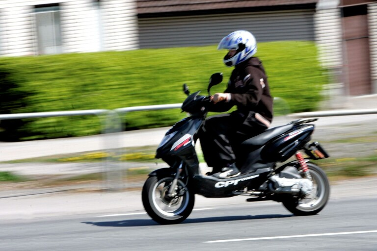 Busåkning med mopeder är ett växande problem i Trelleborg. Kommunpolisen tror att dialog med ungdomarna är lösningen.