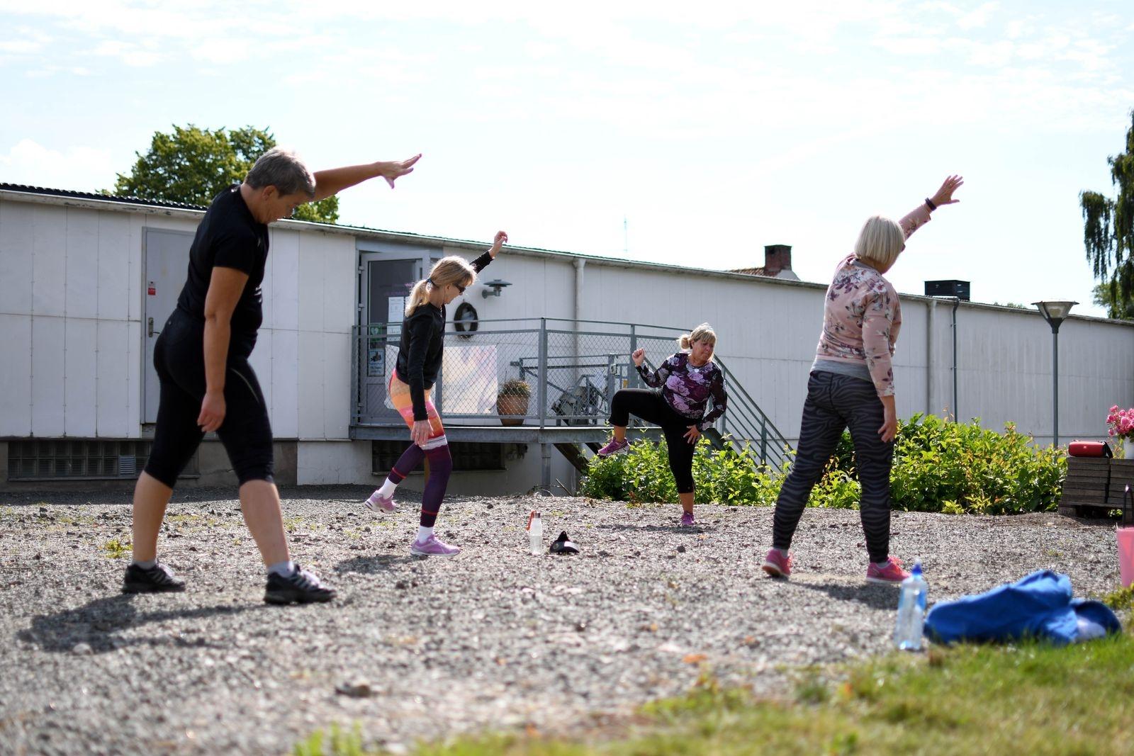 """För varje vecka hittar några fler motionärer till utomhuspassen. """"Det går långsamt men jag kämpar vidare med målet att gymmet ska vara kvar även efter pandemin"""", säger Åsa."""