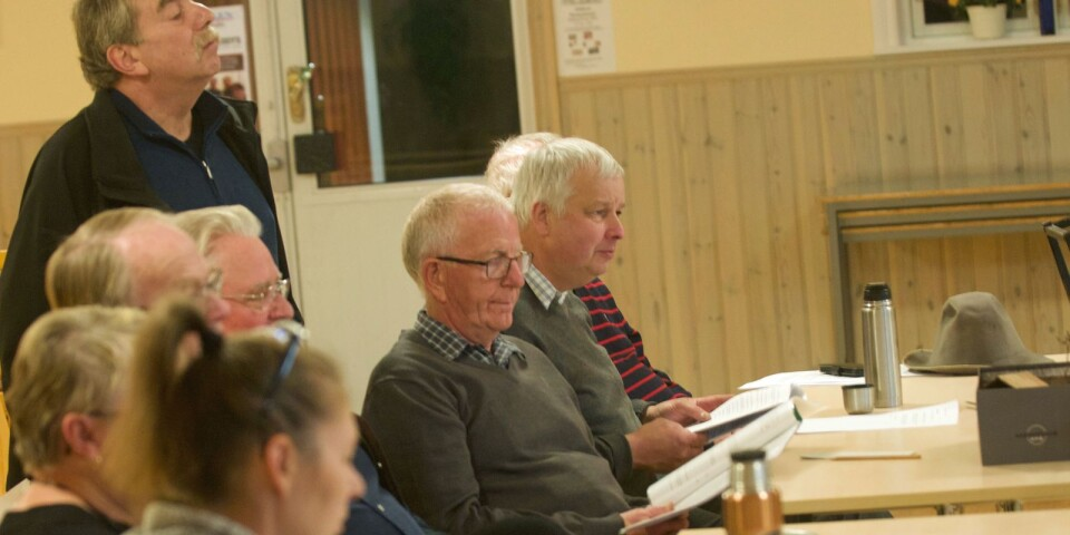Mimi Hultqvist, Inga-Liz Neikter, Bengt Neikter, Erland Berg, Bo Johansson, Rune Liljeberg och Leif Johnsson följer repetitionerna.