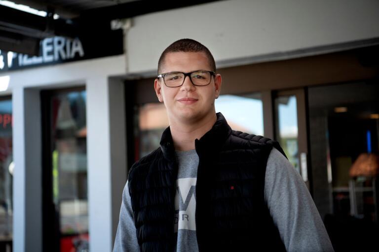 Mehmedalija Colic går andra året på industriprogrammet. Att plugga på distans under coronapandemin tycker han funkar bra, fördelen är att det är lugnar i hemmiljön, nackdelen är den sociala kontakten, att inte träffa sina vänner på Nordenbergsskolan.