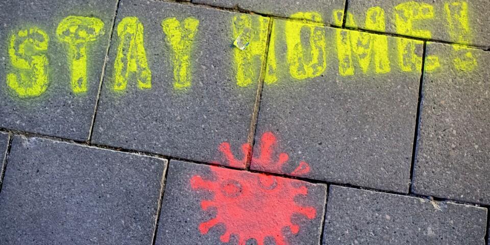 Stanna hemma! Är uppmaningen i den här graffitimålningen. Vad gäller egentligen? Följ vår liverapportering nedan.