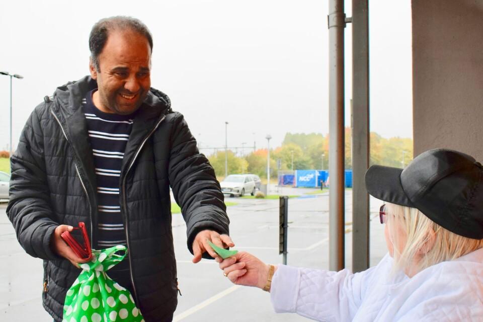 Loui Alkafri är volontär från hjälplinjen. Han får en lista med vad han ska köpa, pengar och en kasse innan han åker och handlar.