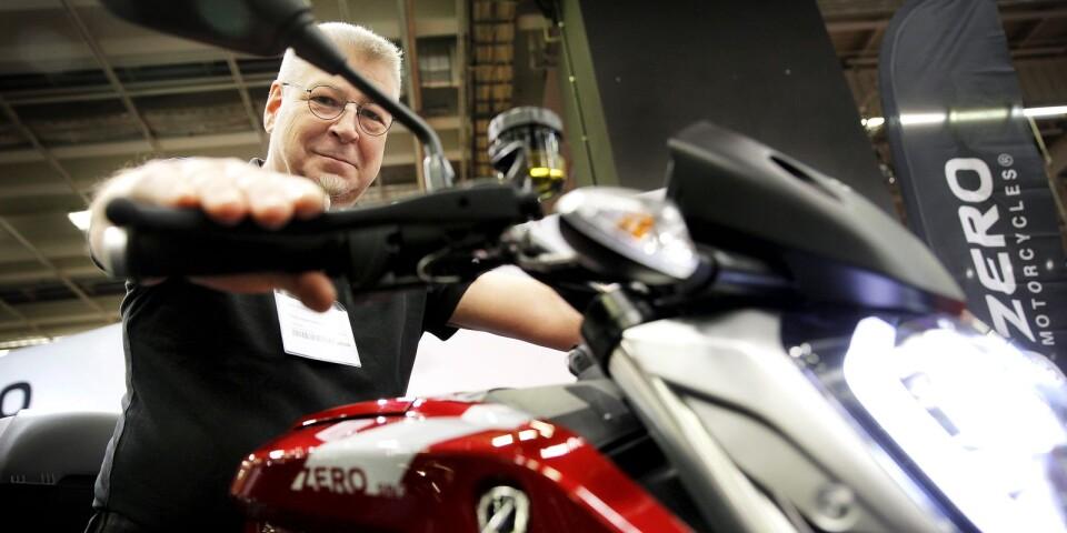 Mickes Motor i Växjö importerar elmotorcykeln och där jobbar Petter Hammarbäck som är entusiastisk elhojsåkare. Petter driver dessutom en blogg där han skriver om livet som ägare till en eldriven motorcykel.
