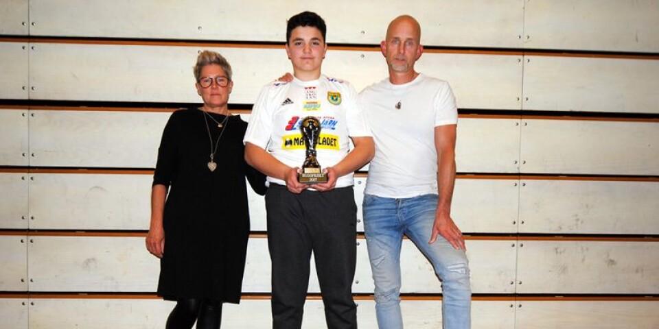 Fatlum Qeli, målvakt i 03-laget, blev den första att få Hugopriset. Här står han bredvid Hugos föräldrar Anna-Lena och Mats Olsson.
