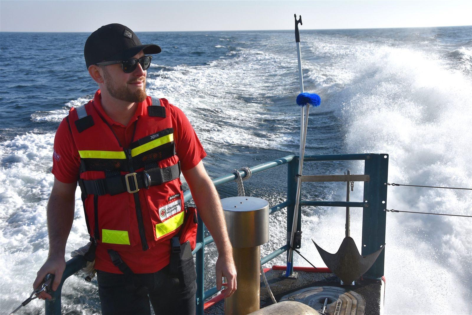 Det går undan när sjöräddningsbåten Gad Rausing far fram över havet. Men efter ett år som aktiv medlem i Sjöräddningssällskapet i Skillinge är Simrishamnsbon John Lundin van vid farten och vågorna.