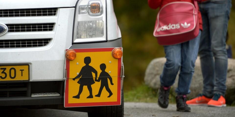 Olle Nilsson är kritisk till hur Älmhults kommun genomfört upphandlingen av skolbussarna och färdtjänsten.