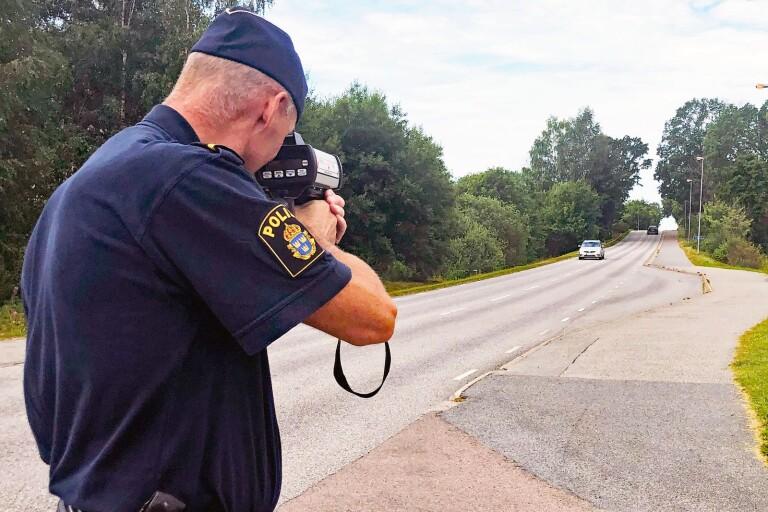 Polisen mötte först hastigheten inne i centrala Sätila, sedan också i utkanten.