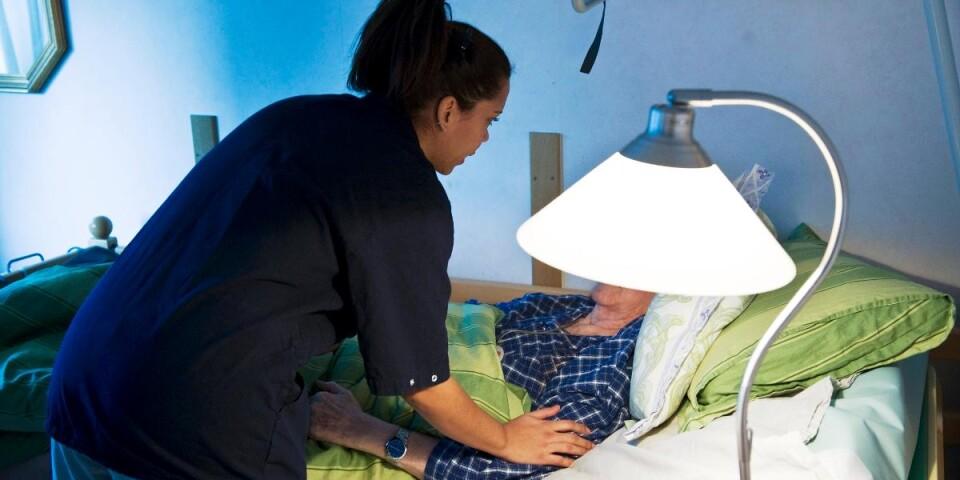 En undersköterska hjälper en äldre person som vårdas palliativt. De läkemedel som används i dag hämmar andningen, skriver Björn T Nurhadi.