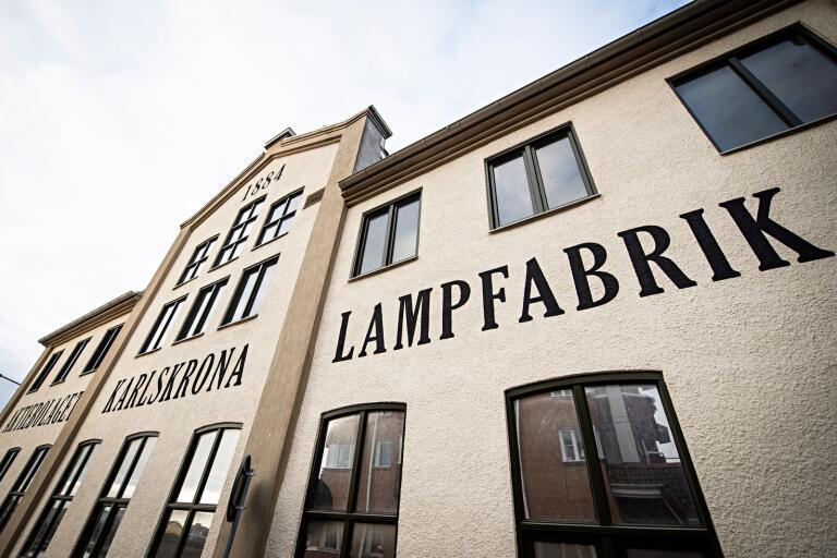 Fasaden på Karlskrona lampfabrik har fått ett präktigt lyft.