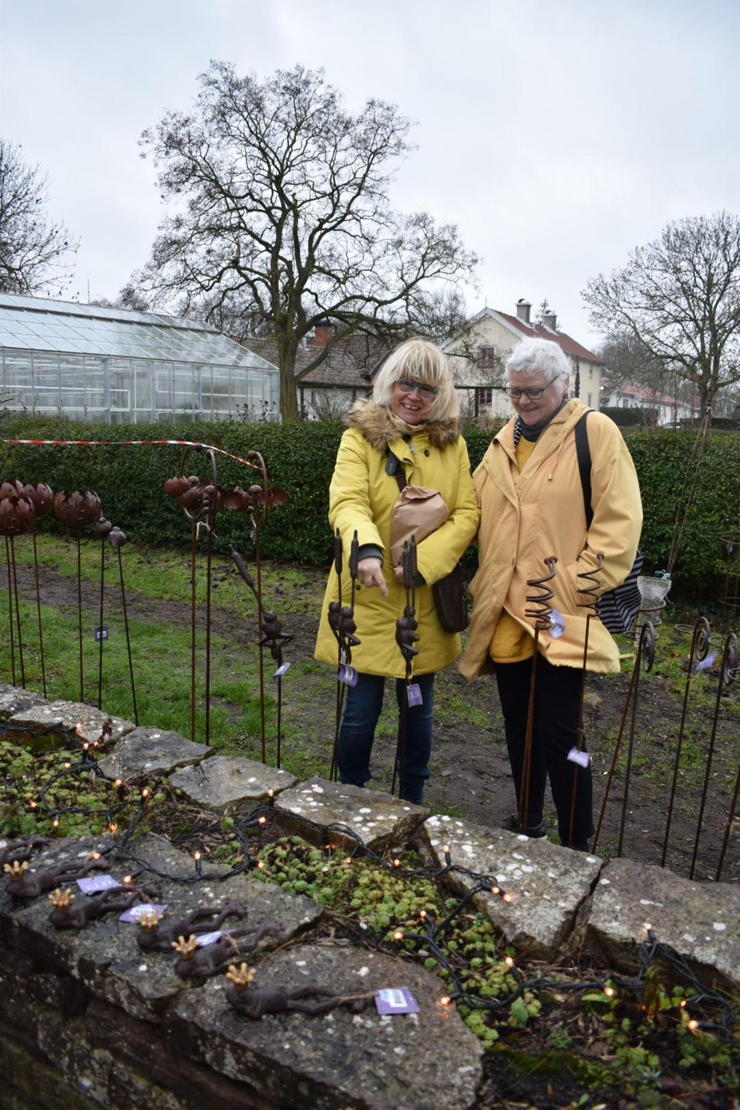 Carin Persson och Barbro Karpe letade efter något uppiggande pynt till trädgården och hittade tillslut en fin groda.