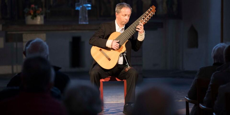 Göran Söllscher är en av Sveriges absolut mest framstående internationella solister, professor vid Musikhögskolan i Malmö och ledamot av Kungliga Musikaliska Akademien.
