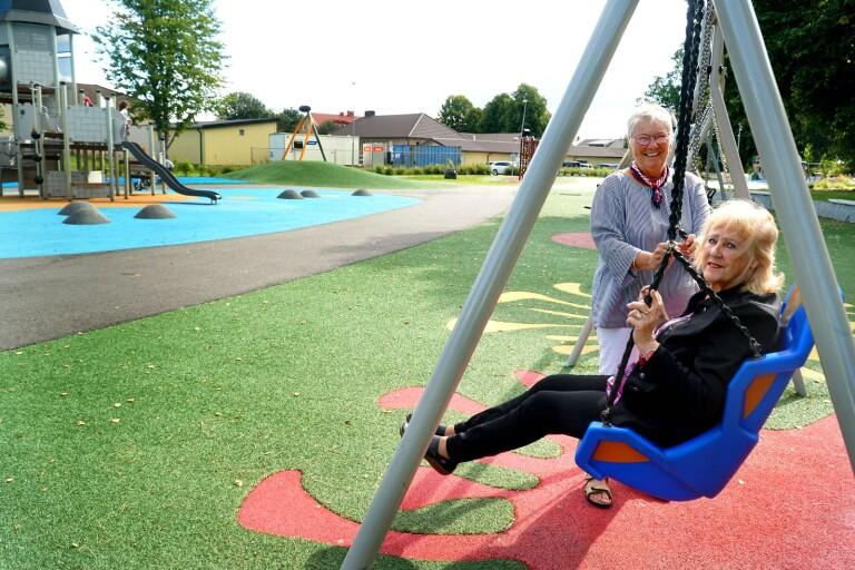 """Den nya lekplatsen i Thilanderska parken är Svenljungas första lekplats som är anpassad för funktionshindrade. Här finns ett utbud av olika typer av gungor och klätterställningar. """"Det är något vi kämpat för att Svenljunga ska få sedan rådet startade."""" Sonja Fransson har varit med i Svenljungas funktionshinderråd sedan starten och är vice ordförande. Birgitta Boo (S) är ordförande"""