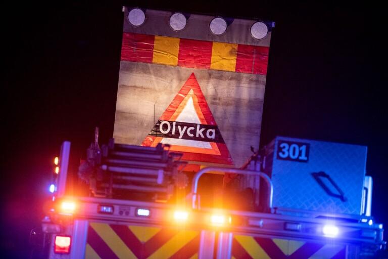 En till sjukhus efter lastbilsolycka– väg 23 avstängd