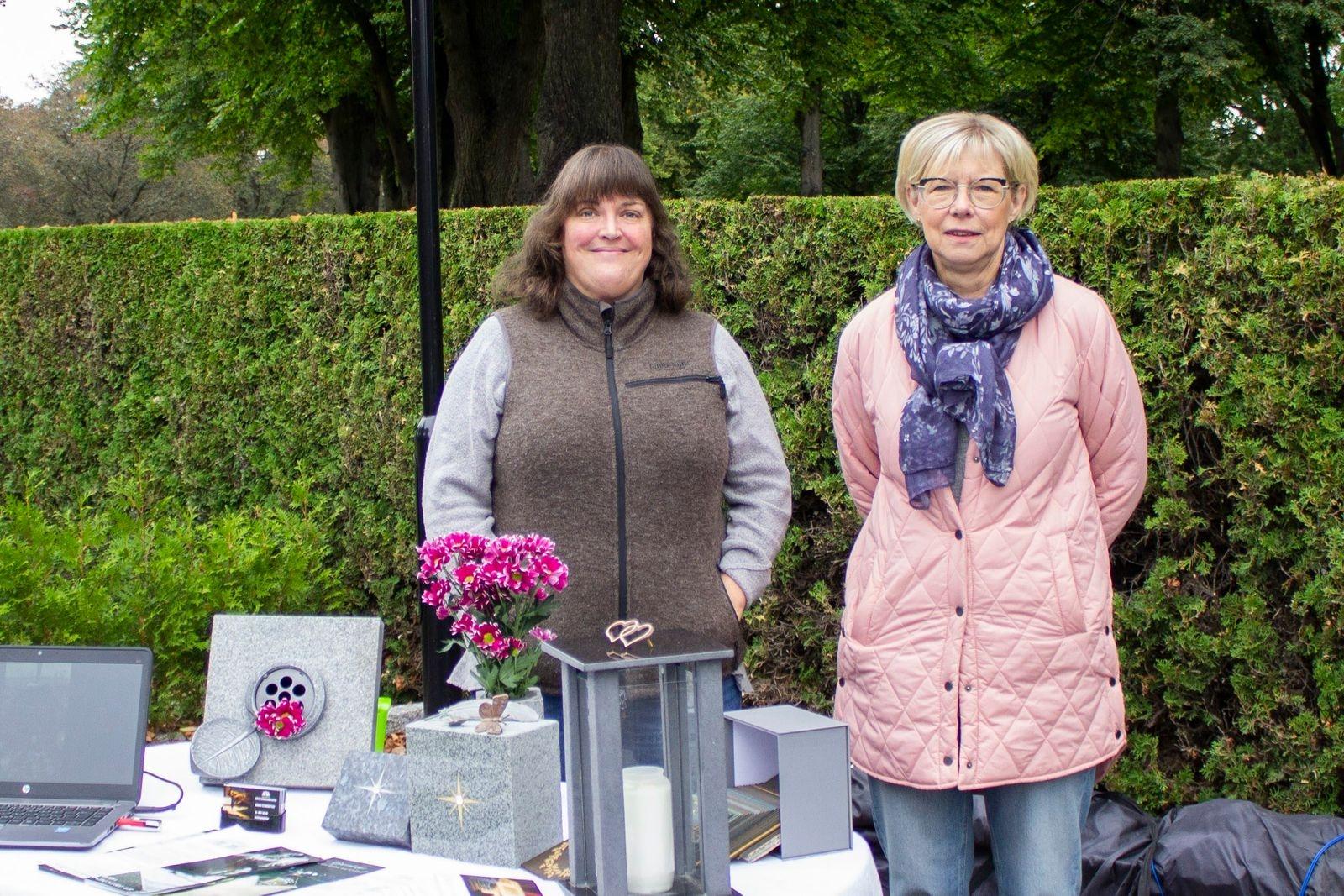 Hanna Stensdotter och Elisabeth Karlsson från Emmaboda Gravvårdsindustri visade upp gravstenar och pratade med branschkollegor. – Det har varit kul att få ett ansikte på de man annars bara pratat med via mail.