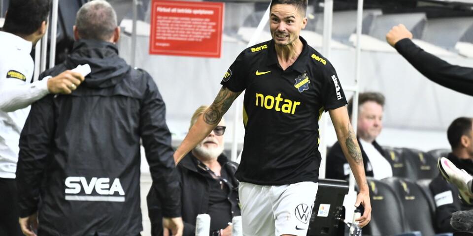 Mikael Lustig sprang förbi Hamarbys bänk innan han firade sitt 3–0-mål med sina lagkamrater.