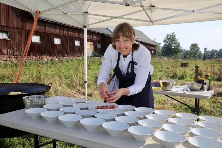Ekokock lagade middag på fältet för särskilt inbjudna matgäster