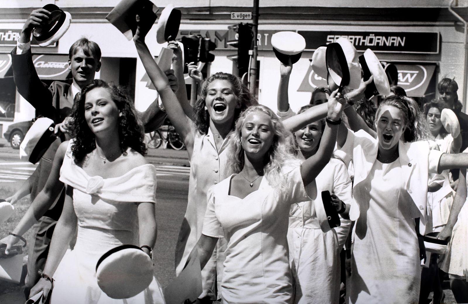 Glada studenter från Stagneliusskolan tågar genom stan 1993.