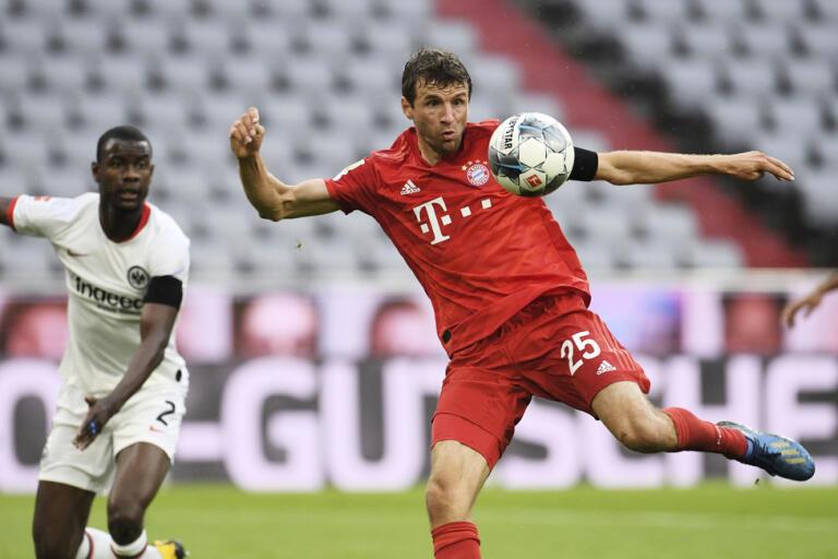 Thomas Müller och hans klubbkompisar i Bayern München har på nytt gått med på att sänka sina löner. Arkivbild.