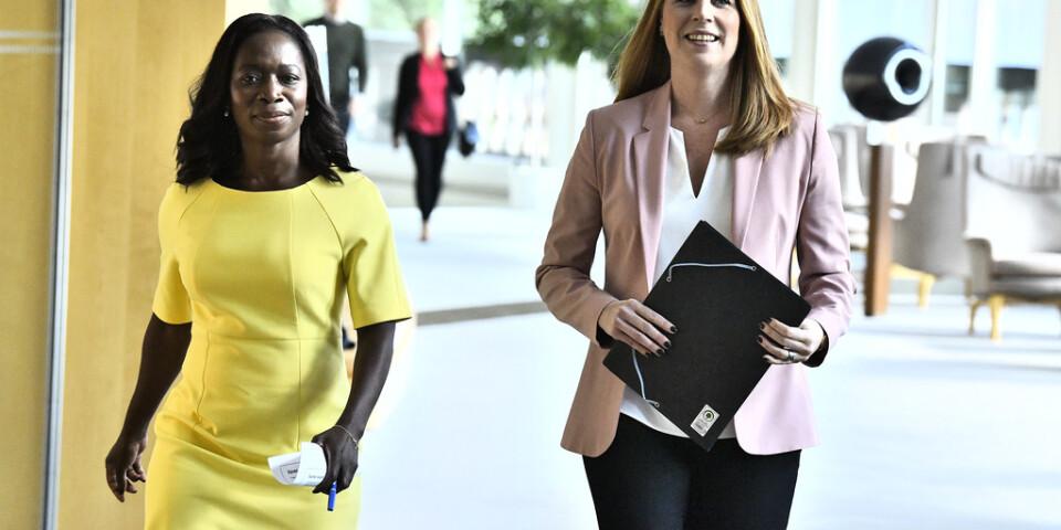 Liberalernas partiledare Nyamko Sabuni och Centerpartiets ledare Annie Lööf tror miljardsänkningar av arbetsgivaravgifterna för unga kan bli smörjmedel för fler jobb.