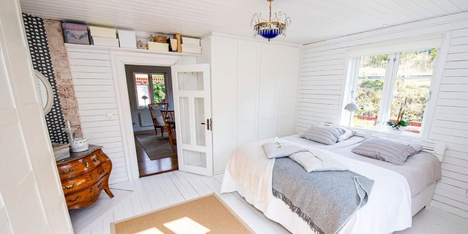 I sovrummet är den en blandning av gamla och nya möbler som sätter en personlig prägel på rummet.