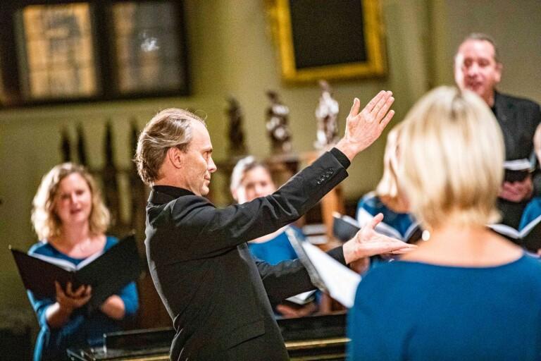 Ragnar Bohlin, med arbetsplats vanligtvis i San Francisco, var på plats i Trefaldighetskyrkan för att dirigera Lunds Vokalensemble.