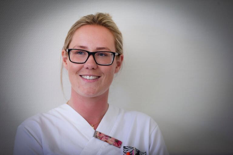 Isabelle Atterholm, är nyutexaminerad sjuksköterska och hade tänkt sig börja jobba inom ortopedi men fick snabbt byta spår till medicin och infektionsvård.