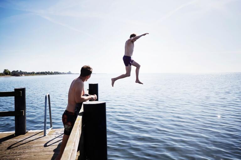 Marcus Hansson och Hannes Winbäck tar gärna ett dopp, trots att det är lite kallt.