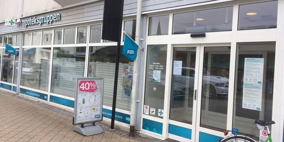 """Apoteksgruppen bemöter kritiken mot att sluta leverera mediciner till norra Öland. """"Vårt apotek i Borgholm har under en längre tid visat röda siffror. Det vill säga tjänar vi inga pengar, utan förlorar pengar vilket inte är hållbart över tid"""", skriver Apoteksgruppens presskontakt Anna Bergstedt."""