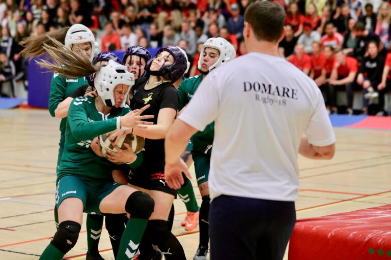 Så här hårt och tufft var det i förra årets tjejmatch mellan Vallhalla och Krösa. Den 4 maj är det dags igen för match.