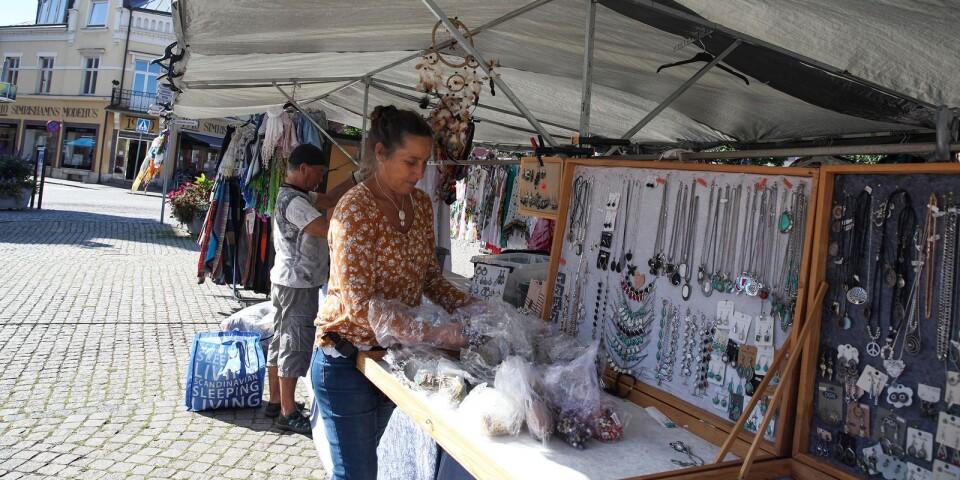 – Det har varit otroligt mycket folk i stan, men det har inte märkts så mycket på försäljningen, menar Marie-Louise som säljer smycken och kläder på torget.