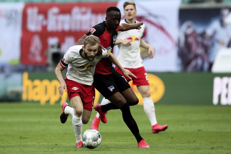 Leipzigs Konrad Laimer, vänster, och Hertha Berlins Dodi Lukebakio under Bundesligamötet som slutade 2–2.