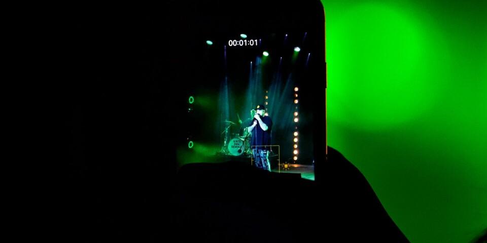 Någon i publiken filmar en bit av Anis Don Deminas spelning.