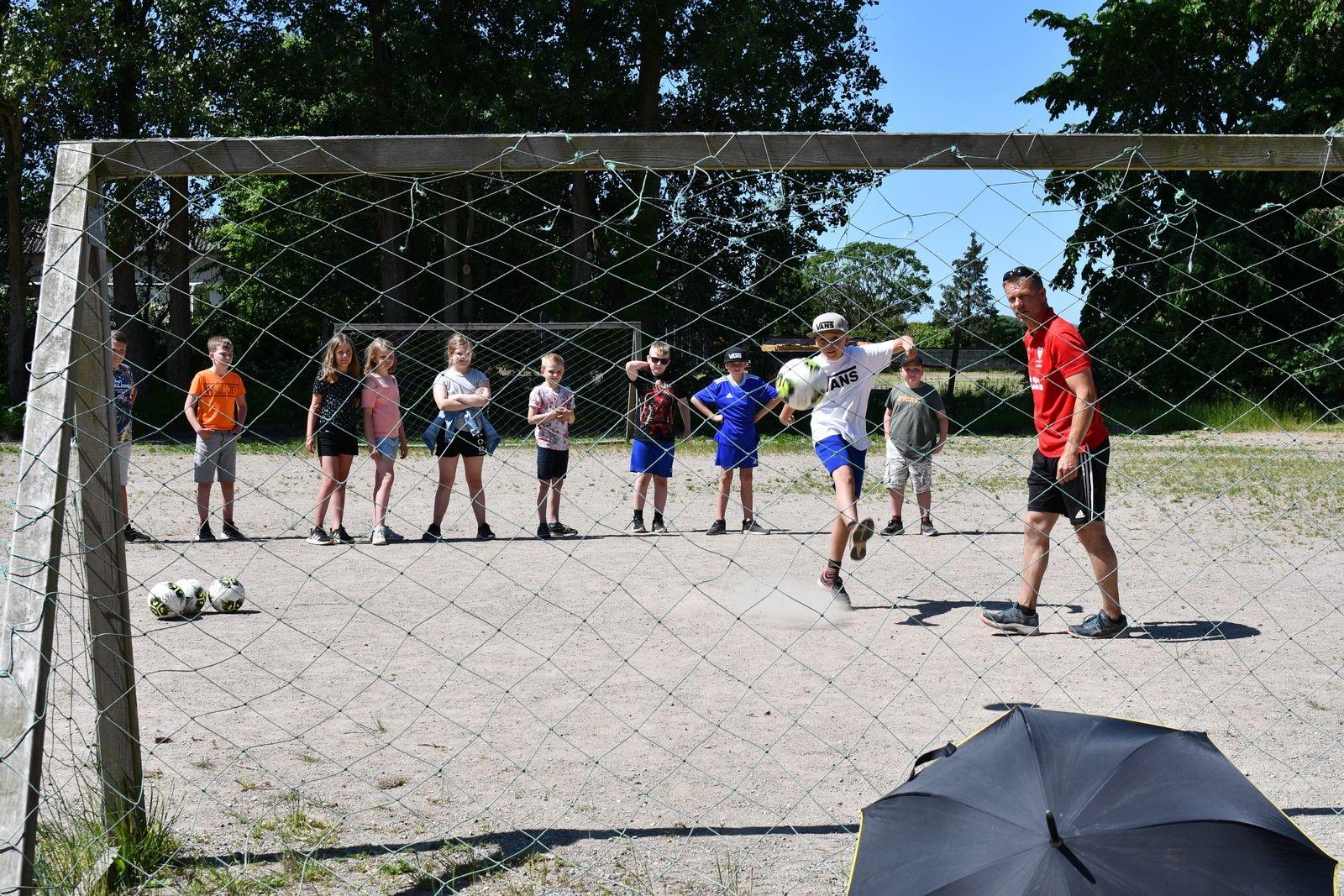 """""""Vi gör det här för att det i artikel 31 står att alla barn har rätt till meningsfull fritid, vila och lek"""", berättar Linnea som tillsammans med sina klasskompisar i årskurs 3 bland annat fick prova på fotboll med Spjutstorps IF."""