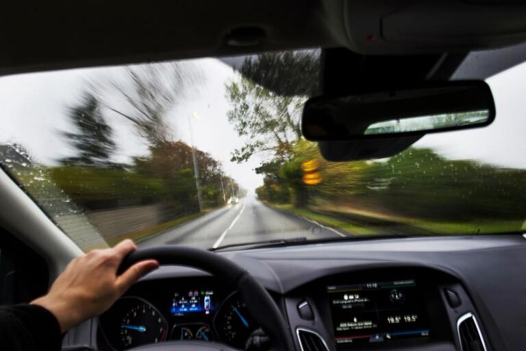 Åtal: Körde i minst 135 km/h på 70-väg – nekar till brott