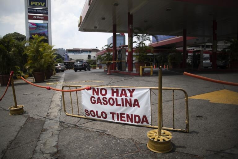 En banderoll som talar om att bensinen är slut vid en bensinstation i Venezuelas huvudstad Caracas den 24 maj.