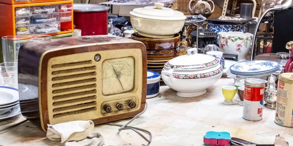 En gammal radio kom in under veckan som Tonny och kollegorna ska putsa upp, för att sedan sälja vidare.