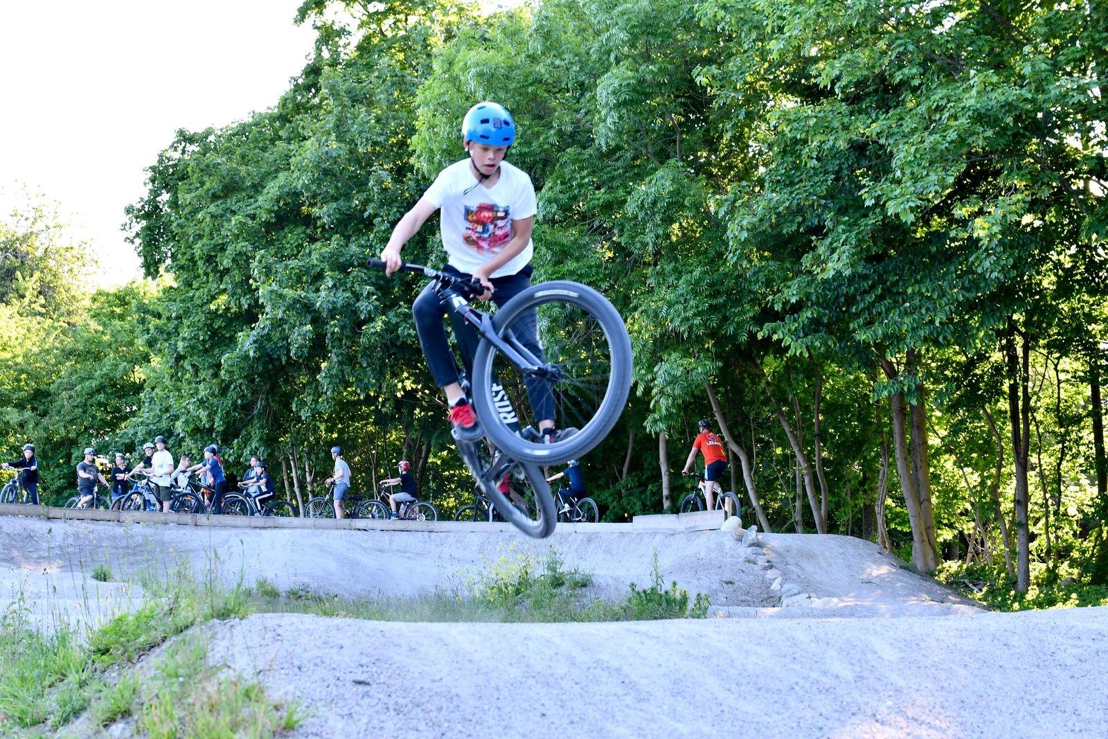 Sixten von Grothusen är en av MTB-skolans mest erfarna deltagare, som har imponerande kontroll över cykeln på pumptracken.