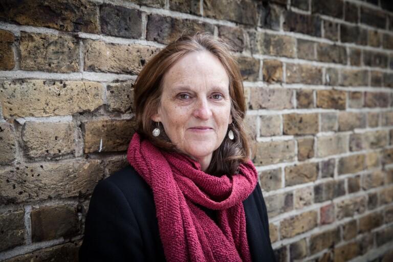 """Tessa Hadley skriver både i """"Syskonen"""" och """"Sent på dagen"""" om relationer och vänskap mellan människor som är så kallat """"mitt i livet""""."""