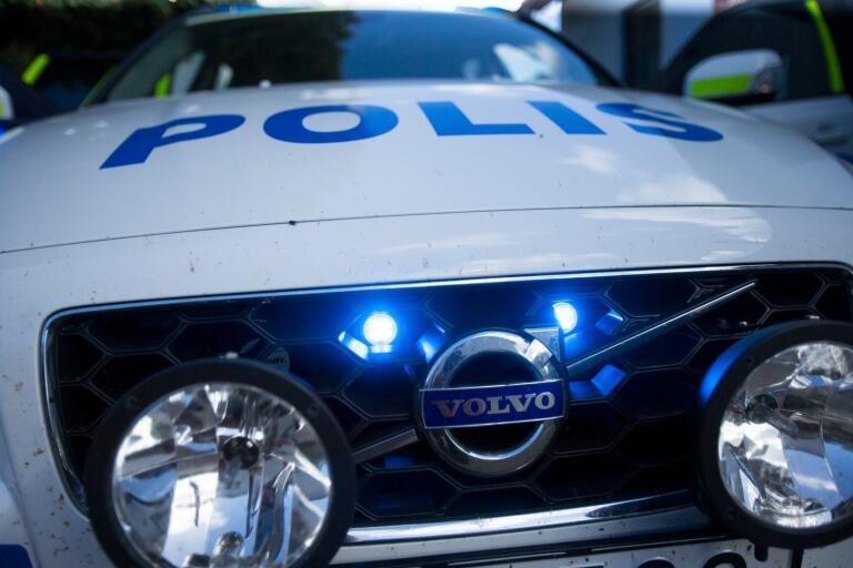 Polisen har varit på plats på Valldammsgatan för att inspektera skadorna.