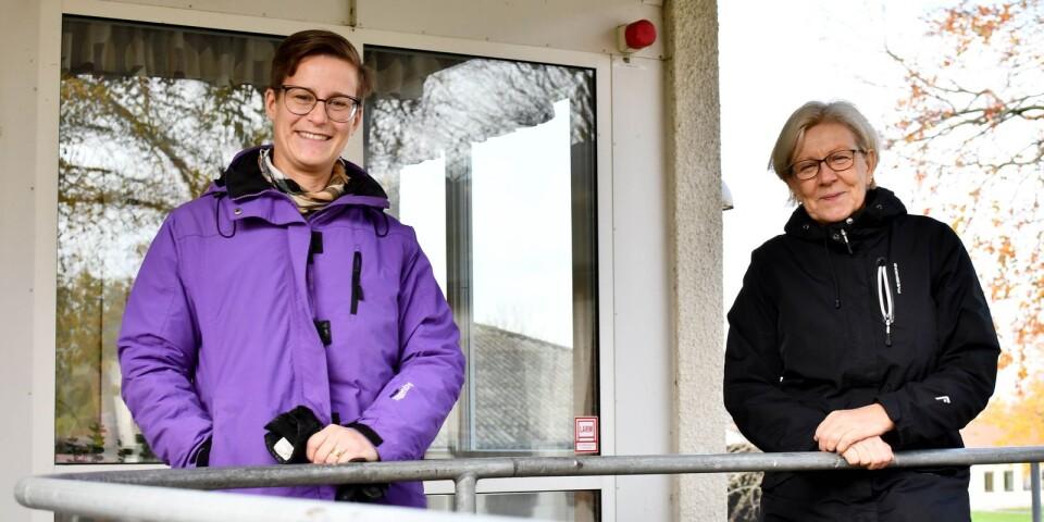Det har varit ett utmanande år på grund av pandemin men Linda Nilsson, rektor, och Kerstin Blohmé, internatchef, gläds åt att alla på Österlens folkhögskola hjälps åt att göra det bästa av situationen.