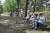De flesta hade med sig egen stol så att de kunde pusta bekvämt i Sandskogen. Andra satt på trädstockar eller i backen.
